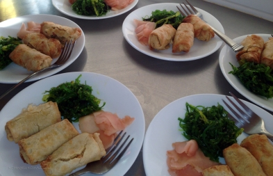 Spring rolls with fresh ginger and seaweed salad